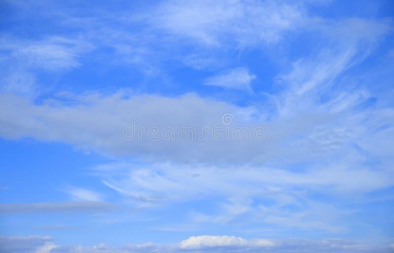 Céu azul com fundo macio das nuvens de cirro Tempo do bom dia fotos de stock