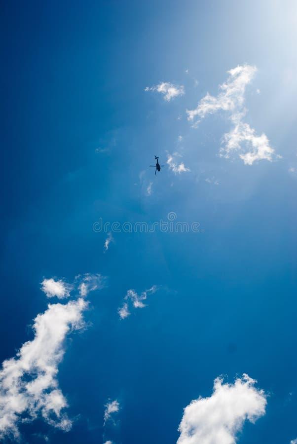 Céu azul com helicóptero fotos de stock royalty free