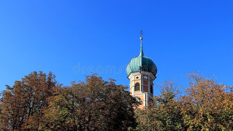 Céu azul com a igreja tópica pequena e cruz dourada imagem de stock royalty free