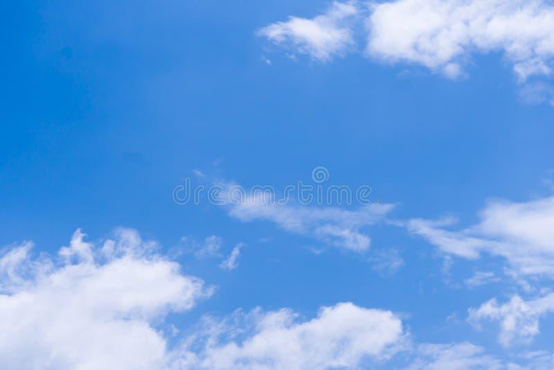 Céu azul com nuvem dentro diariamente fotografia de stock royalty free