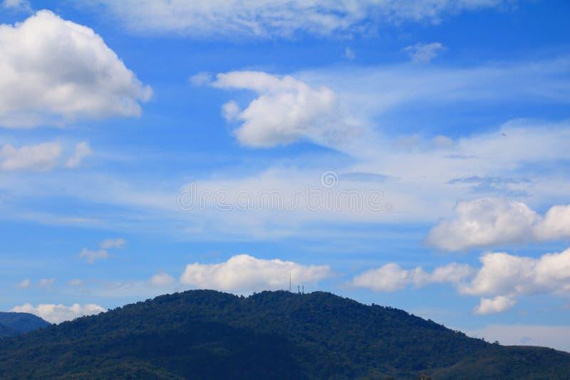 céu azul com nuvem e montanha de bonito vívido da natureza imagem de stock royalty free