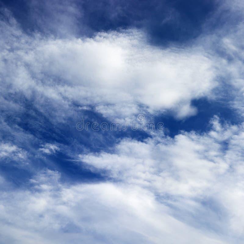 Céu azul com nuvens. imagem de stock