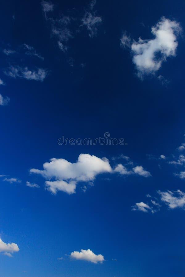 Céu azul com nuvens brancas foto de stock