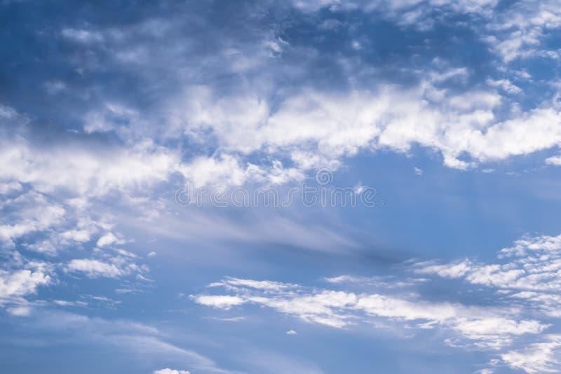 Céu azul com nuvens brancas Fundo do céu nebuloso Textura do espaço Fundo claro Fundo brilhante da natureza Cloudscape natural fotografia de stock royalty free