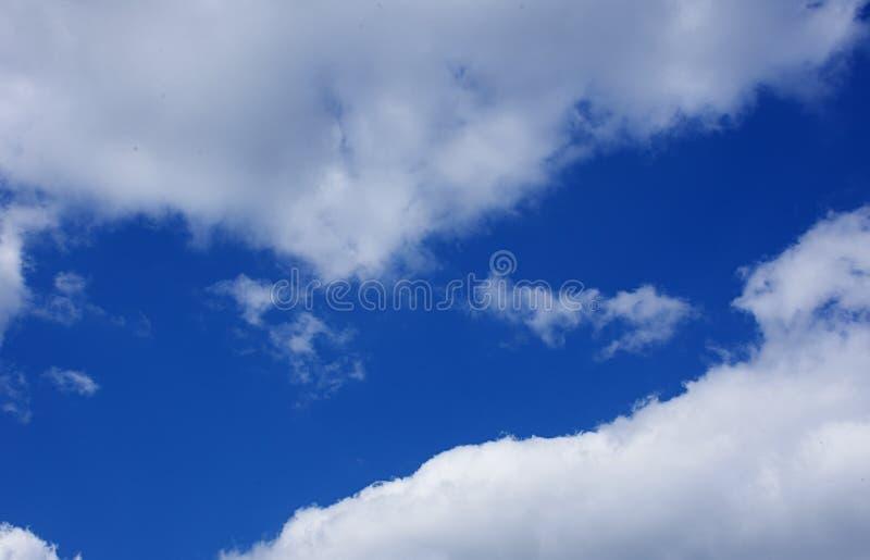 Céu azul com nuvens, fundo imagens de stock