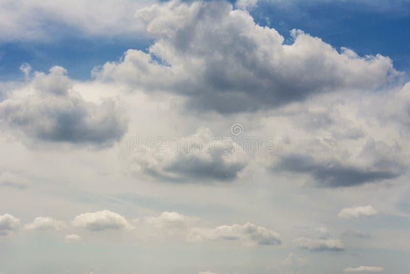 Céu azul com o céu escuro do predawn de muitas nuvens de cúmulo imagens de stock royalty free