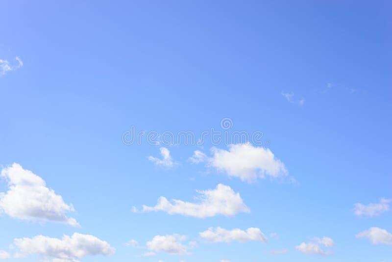 Céu azul com poucas nuvens brancas imagens de stock royalty free