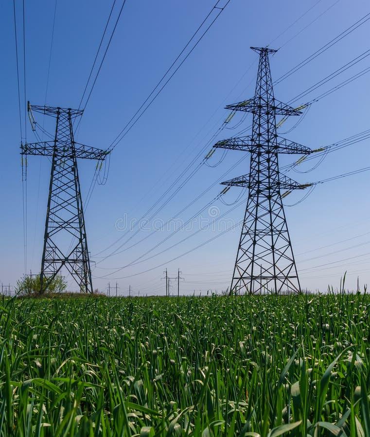 Céu azul da silhueta do pilão da transmissão da eletricidade imagem de stock