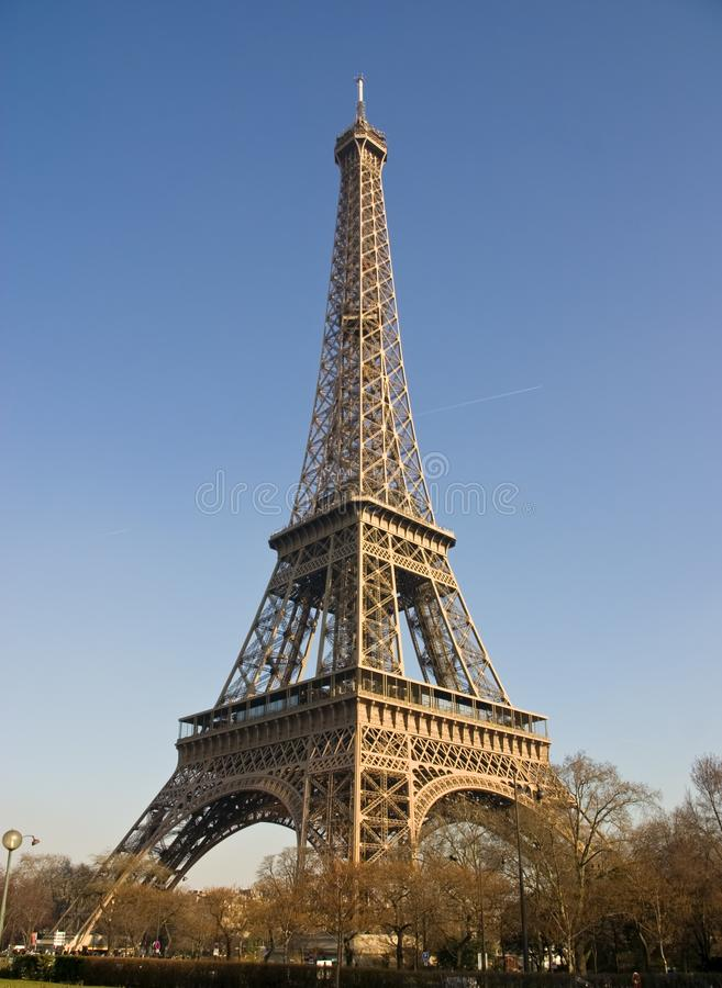 Céu azul da torre Eiffel imagens de stock royalty free