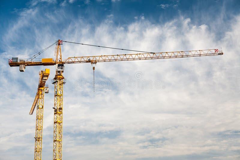 Céu azul de guindastes de torre da construção foto de stock royalty free