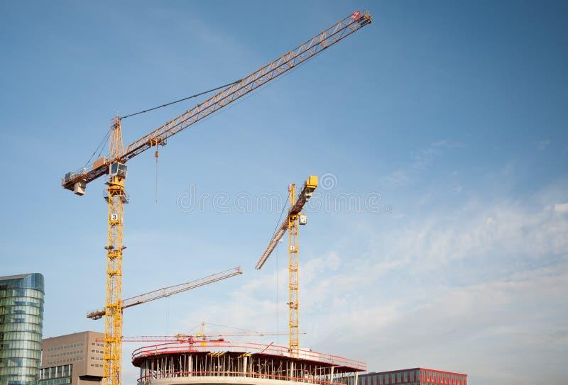 Céu azul de guindastes de torre da construção imagem de stock royalty free