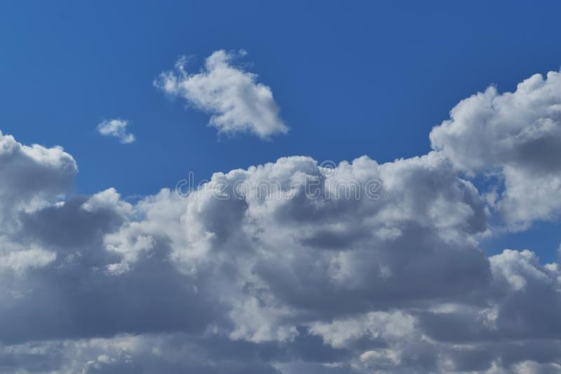 Céu azul de nuvens de cúmulo na claro fotos de stock royalty free