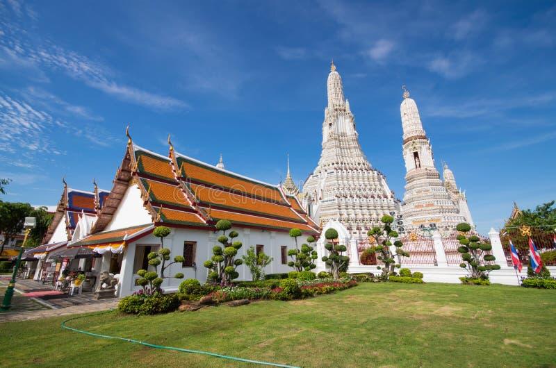 Céu azul de Wat Arun Temple foto de stock
