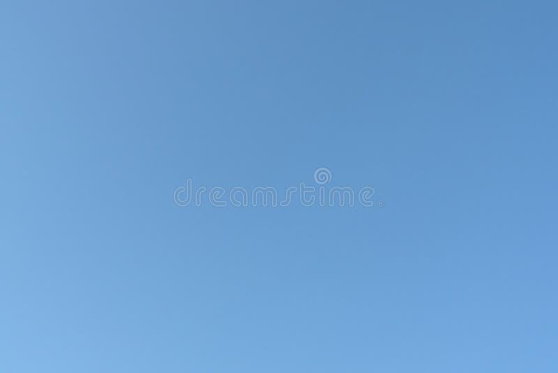 Céu azul desobstruído fotos de stock