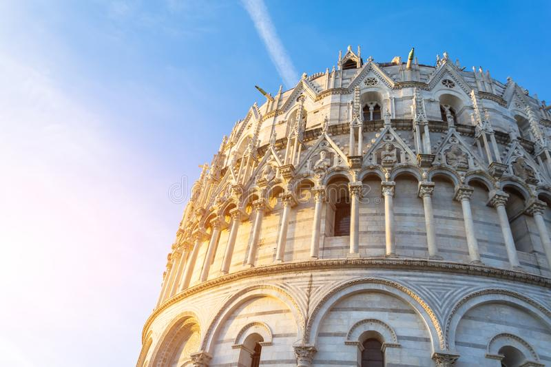 Céu azul do Baptistery de Pisa da abóbada antes do por do sol fotos de stock royalty free