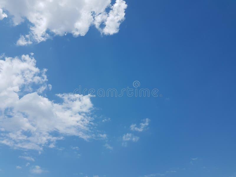 Céu azul do cloudscape do verão com fundo vazio vazio natural da atmosfera nebulosa das nuvens imagens de stock royalty free
