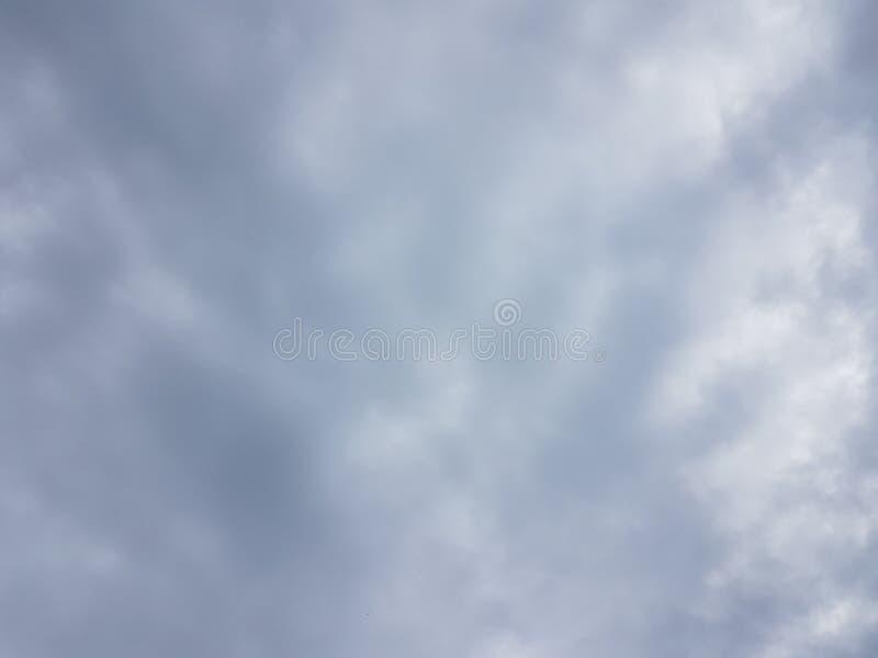 Céu azul do cloudscape do verão com fundo vazio vazio natural da atmosfera nebulosa das nuvens fotografia de stock