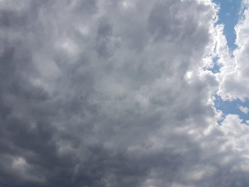 Céu azul do cloudscape do verão com fundo vazio vazio natural da atmosfera nebulosa das nuvens fotos de stock