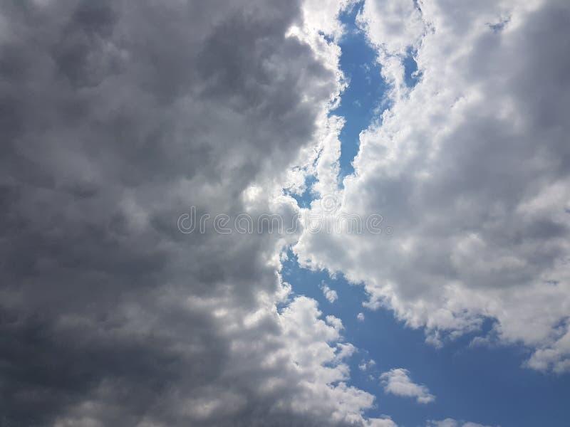 Céu azul do cloudscape do verão com fundo vazio vazio natural da atmosfera nebulosa das nuvens imagens de stock
