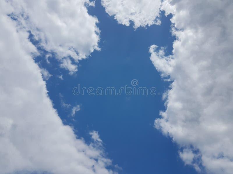 Céu azul do cloudscape do verão com fundo vazio vazio natural da atmosfera nebulosa das nuvens fotos de stock royalty free