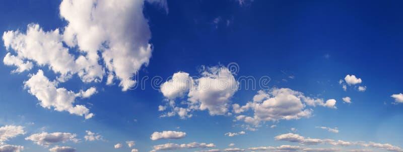 Céu azul do panorama com nuvens brancas imagens de stock royalty free