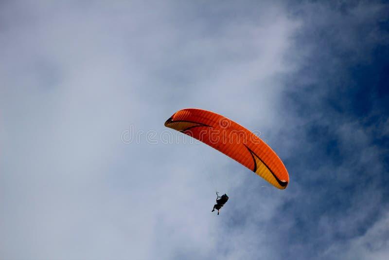 Céu azul do parapente alaranjado fotos de stock royalty free