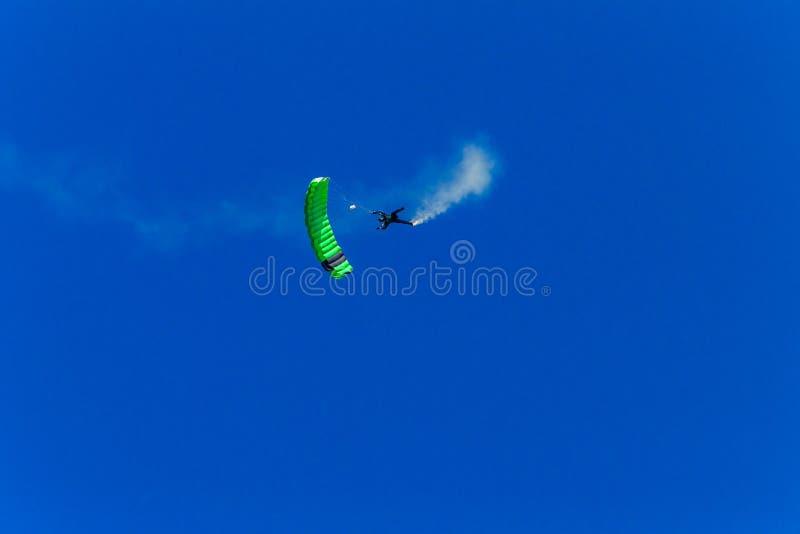 Céu azul do paraquedas do verde do voo do Skydiver fotografia de stock royalty free