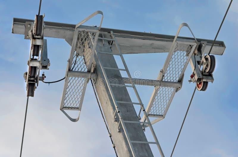 C?u azul dos agains da telecadeira da torre no inverno foto de stock