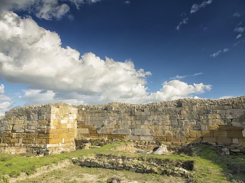 Céu azul dramático com as nuvens brancas sobre as ruínas da colônia do grego clássico de Histria, nas costas do Mar Negro Histria foto de stock royalty free