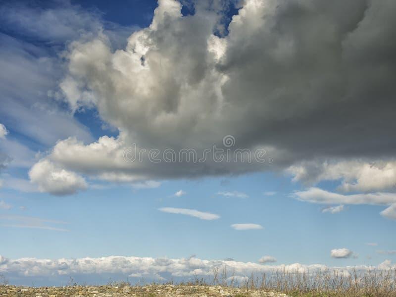 Céu azul dramático com as nuvens brancas sobre as ruínas da colônia do grego clássico de Histria, nas costas do Mar Negro Histria fotografia de stock royalty free
