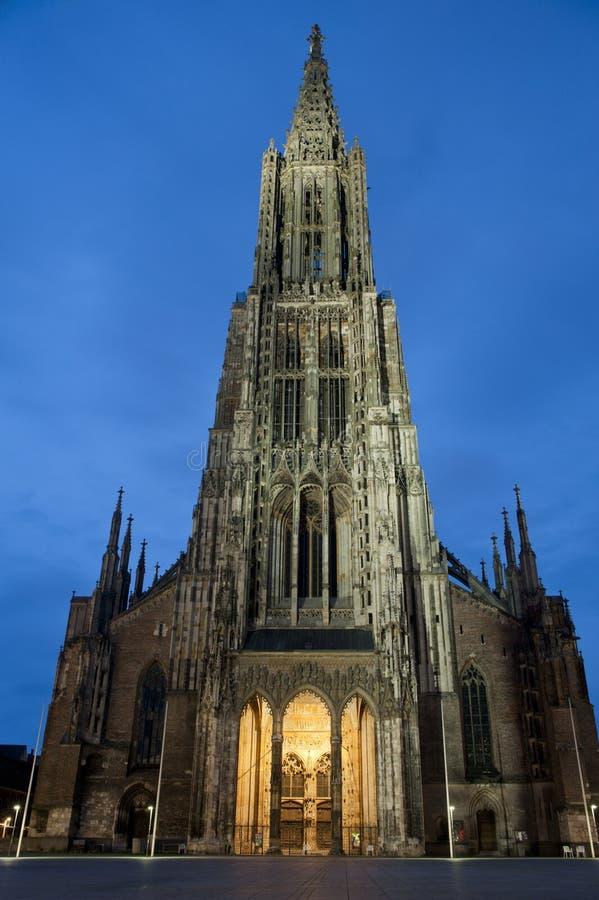 Céu azul dramático com catedral de Ulm (Munster) imagens de stock royalty free