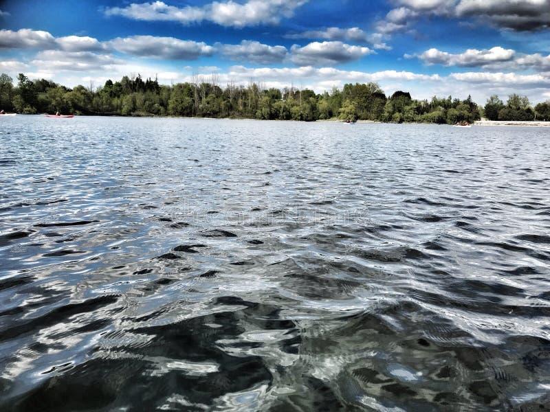 Céu azul e água fotos de stock royalty free
