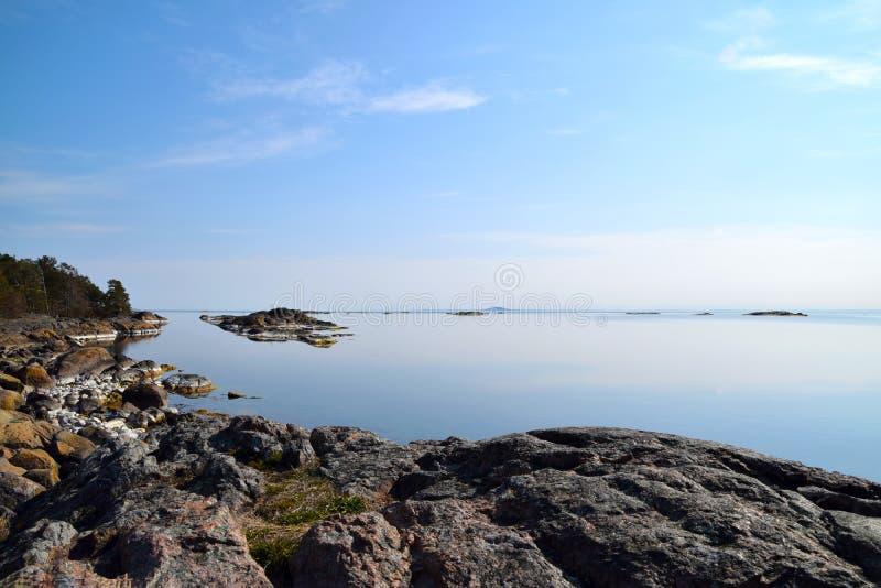 Céu azul e água tranquilo no arquipélago fotografia de stock royalty free