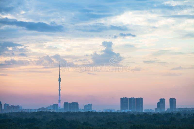 Céu azul e cor-de-rosa do nascer do sol sobre a cidade de Moscou imagem de stock royalty free