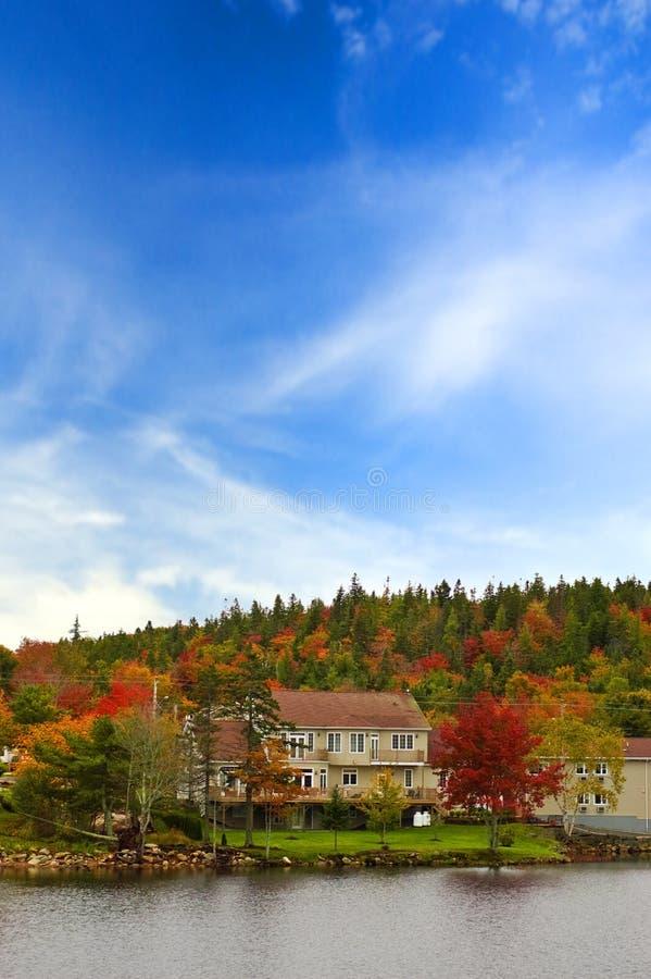 Céu azul e de cores do outono casa imagem de stock