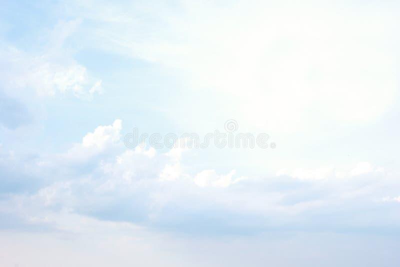 Céu azul e fundo abstrato das nuvens foto de stock royalty free