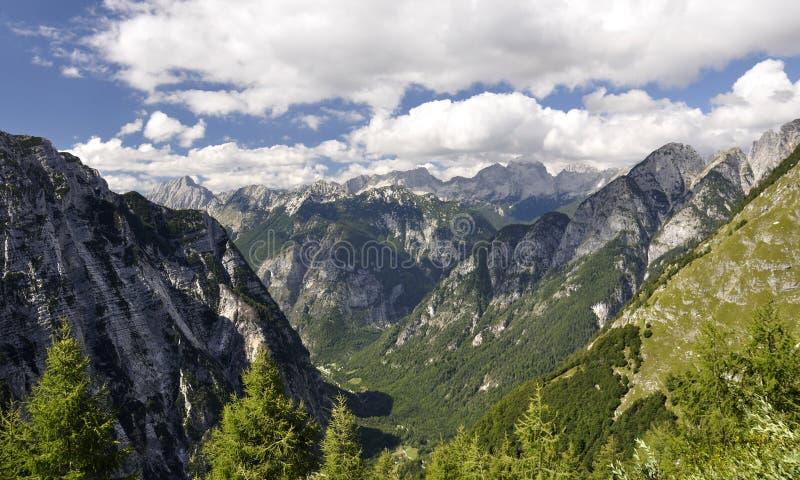 Céu azul e nebuloso acima dos alpes eslovenos imagem de stock