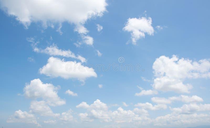 Céu azul e nebuloso branco fotografia de stock