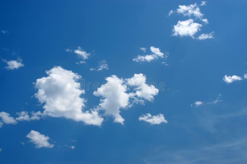 Download Céu azul e nuvens brancas imagem de stock. Imagem de azul - 26506581