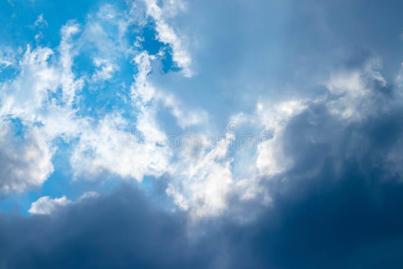 Céu azul e nuvens brancas foto de stock royalty free