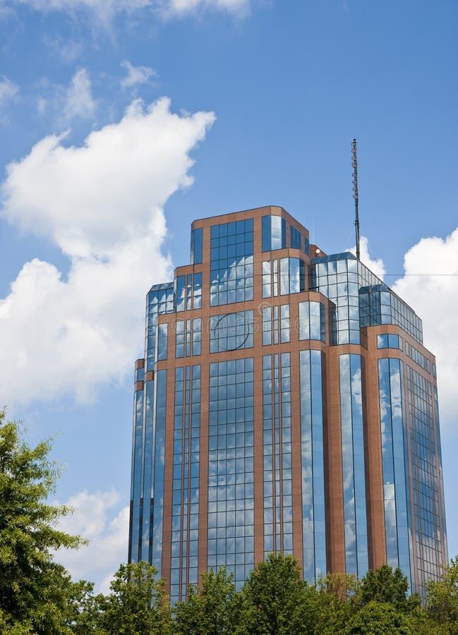 Céu azul e nuvens brancas no edifício de tijolo foto de stock