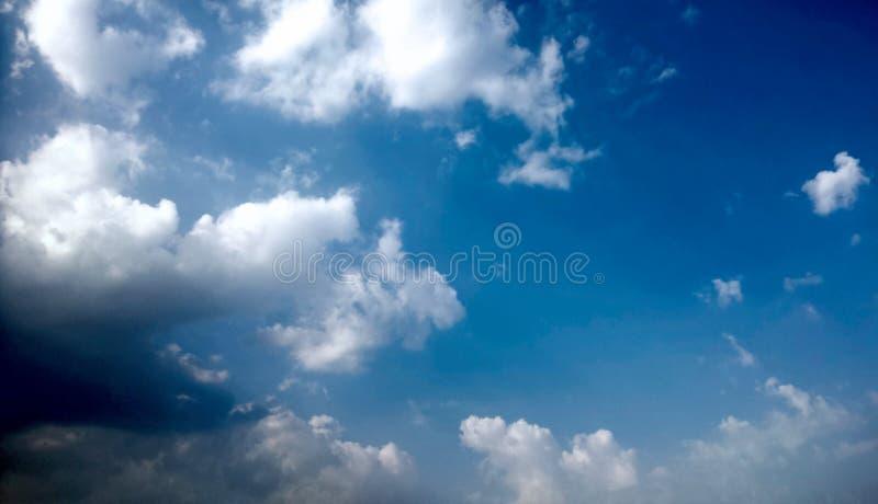 Céu azul e nuvens brancas & pretas inchado fotografia de stock royalty free