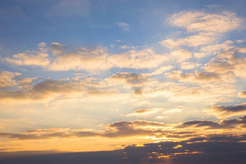 Céu azul e nuvens douradas no nascer do sol bonito imagens de stock royalty free