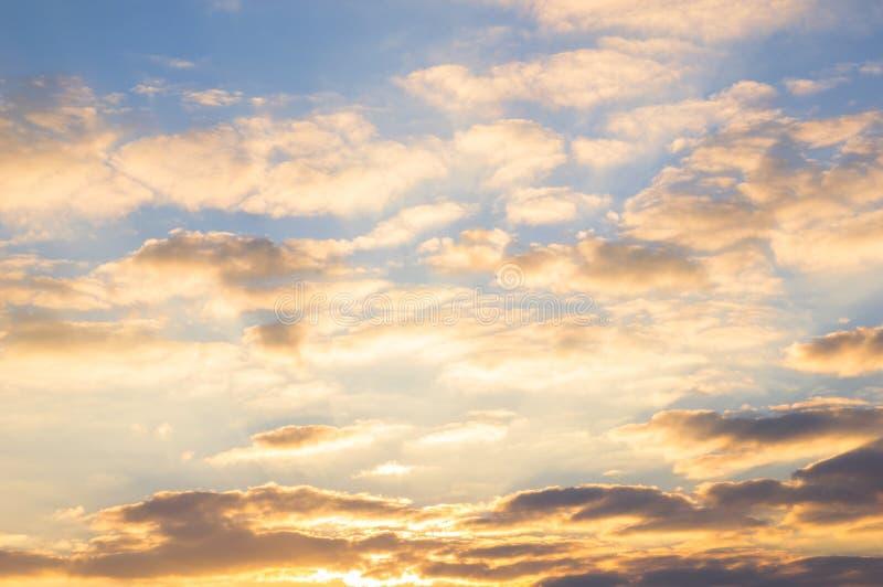 Céu azul e nuvens douradas no nascer do sol bonito imagem de stock