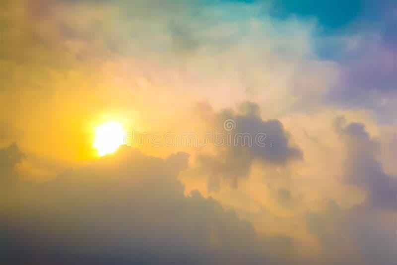 Céu azul e nuvens dramáticos no por do sol fotografia de stock