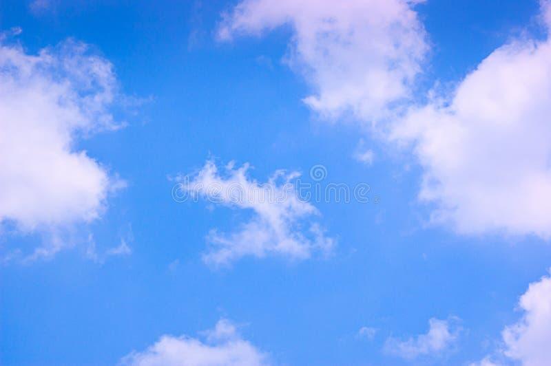 Céu azul e nuvens no meio-dia no ar puro imagens de stock