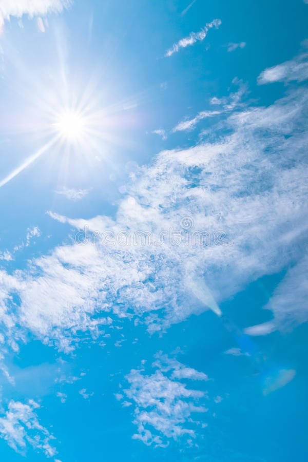 Céu azul e nuvens no meio-dia no ar puro imagem de stock