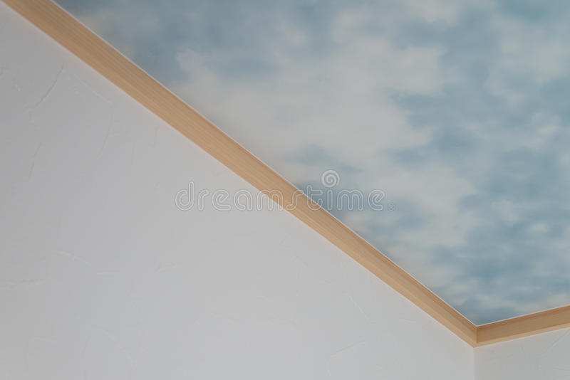 Céu azul e nuvens no teto imagens de stock