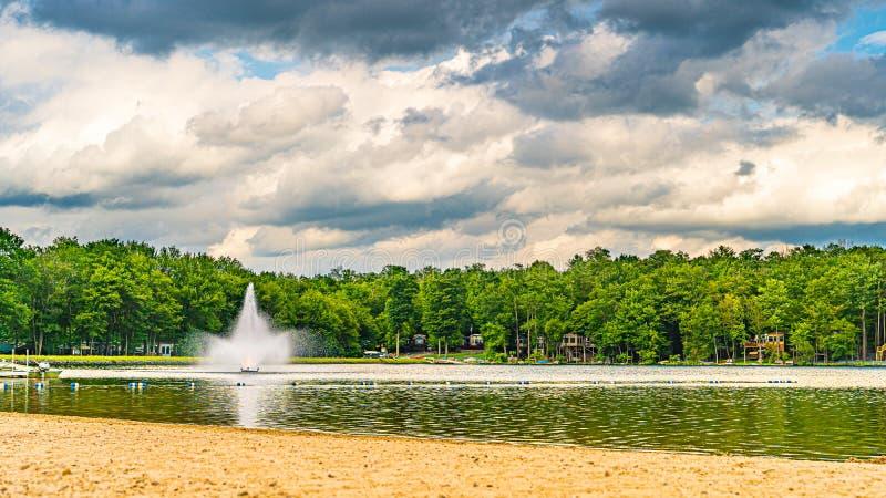 Céu azul e nuvens sobre Eagle Lake, Gouldsboro, Pensilvânia fotografia de stock
