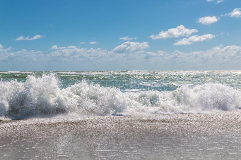 Céu azul e Oceano Atlântico tormentoso imagem de stock royalty free